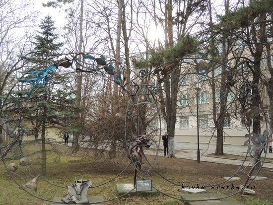 Кованая скульптура у входа в сквер